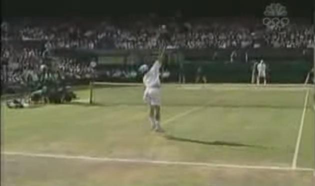 Andy Roddick envoie un smash monumental contre Roger Federer en finale de Wimbledon 2004. Le plus rapide de l'histoire du tennis ? Peut-être.