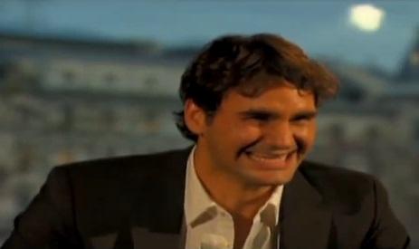 Roger Federer part dans un fou rire sur CNN.