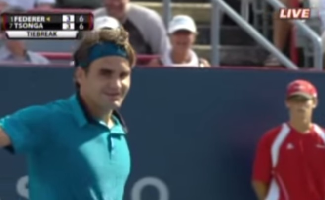 Roger Federer sourit au moment de conclure ce superbe point.