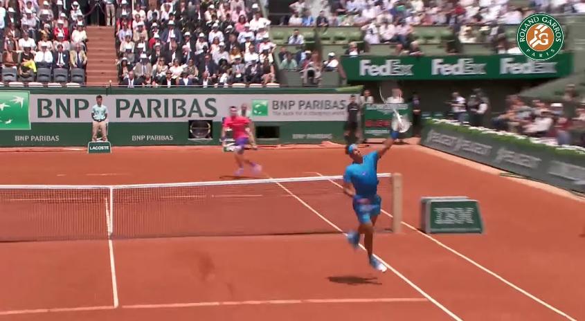 Ce smash de revers, dos au filet, de Rafael Nadal fait partie des 12 meilleurs points du Jour 3.