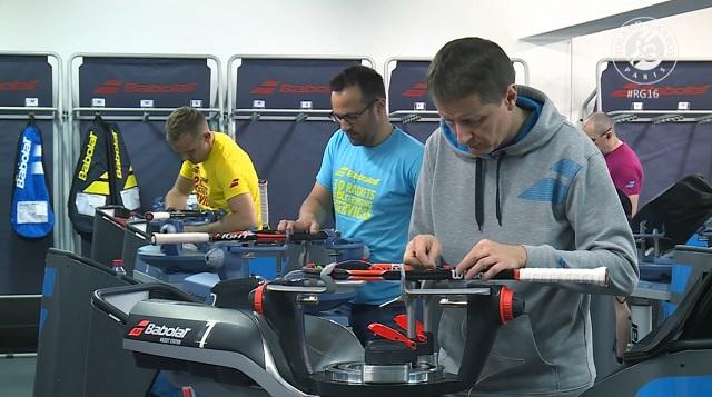 Les cordeurs en action au service cordage de Roland-Garros.