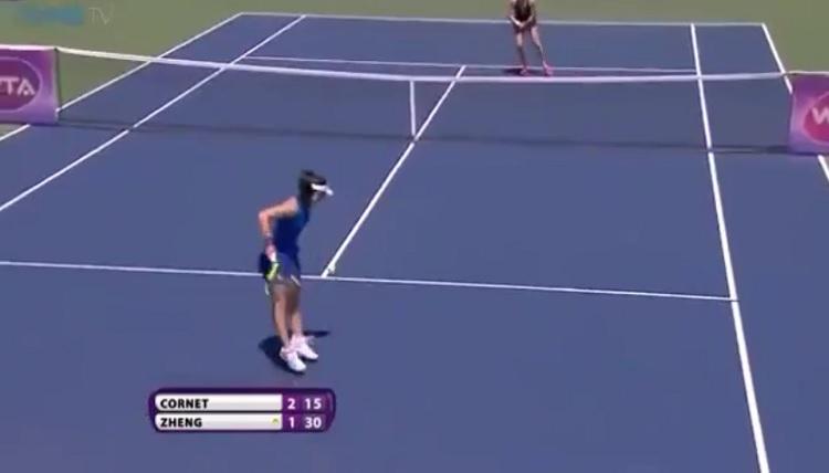 Saisai Zheng est en bien mauvaise posture mais elle va mettre un coup droit gagnant.