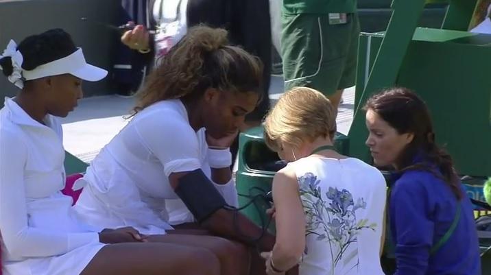 Totalement désorientée, Serena Williams a été contrainte à l'abandon au deuxième tour du double femmes de Wimbledon 2014.