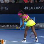 Serena Williams perd un point de façon étonnante en finale de l'Open d'Australie 2015.