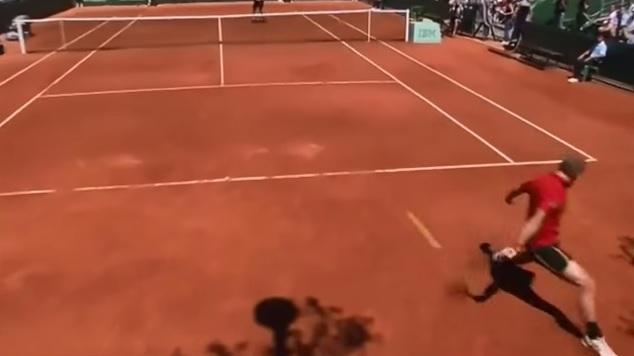 Ce trick shot de Steve Darcis à Roland en 2011 est parfait.