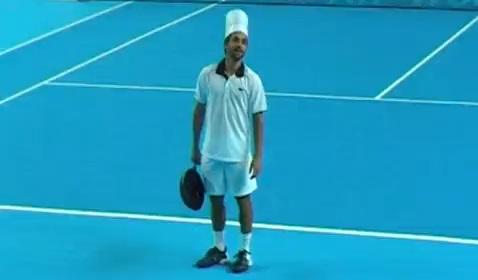 Arnaud Clément s'est essayé à l'Open 13 de Marseille au tennis avec poêle.