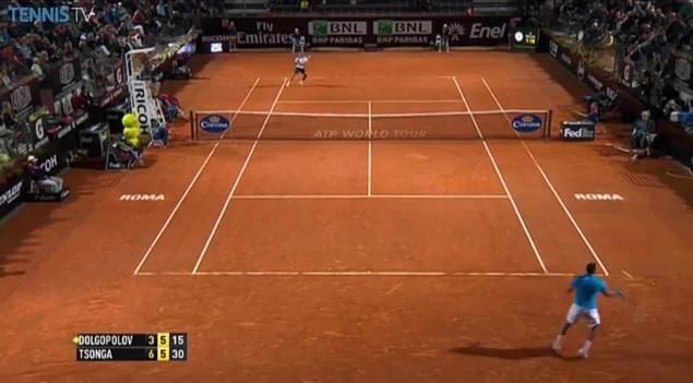 Jo-Wilfried Tsonga contre-attaque contre Alexandr Dolgopolov au Masters 1000 de Rome 2014.