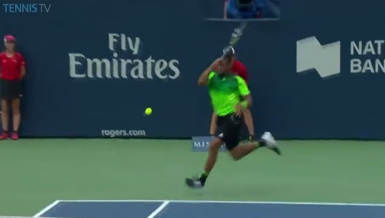 Un coup droit en bout de course monumental de Tsonga contre Murray au Masters 1000 de Toronto 2014.