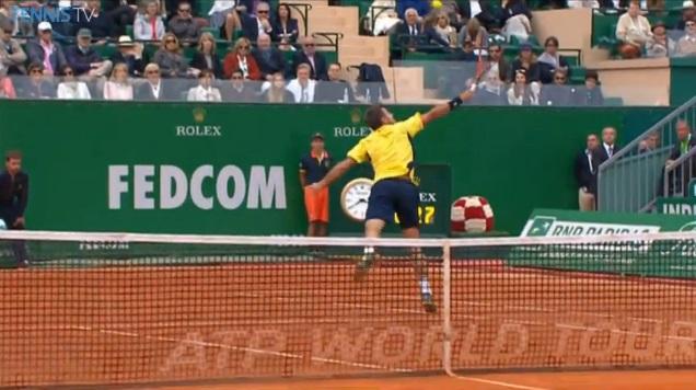 Une volée haute de revers venue d'ailleurs de Stan Wawrinka en finale du Masters 1000 de Monte-Carlo 2014.