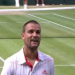 Mikhail Youzhny demande de l'aide à Andre Agassi à Wimbledon en 2012 pour battre Roger Federer.