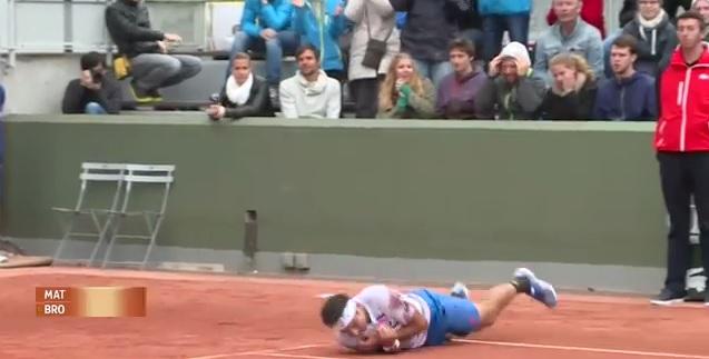 Marinko Matosevic roule sur la terre pour fêter sa victoire au premier tour de Roland Garros 2014.