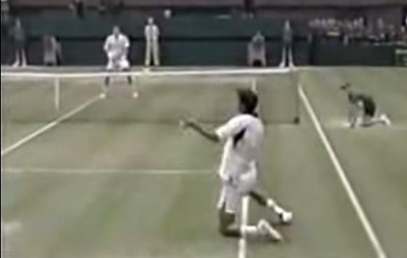 Déséquilibré, Goran Ivanisevic lâche un coup droit gagnant à genoux en demi-finales de Wimbledon 2001.