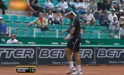 Fernando Gonzalez brise sa raquette en deux avec sa cuisse au Masters 1000 de Rome 2009.