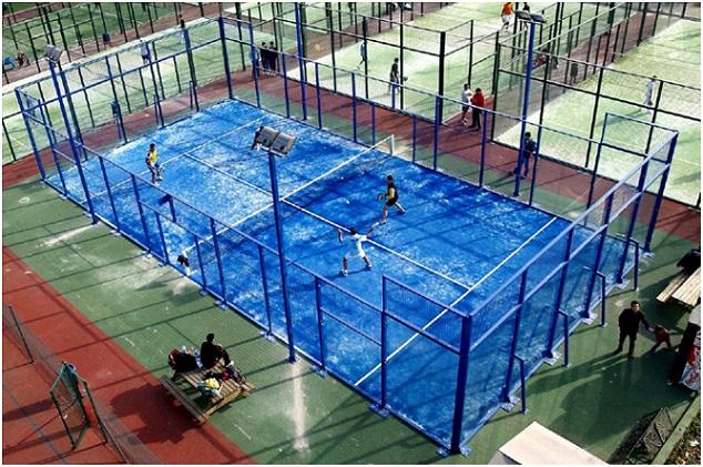 Le padel tennis est un sport de raquettes vraiment spectaculaire.