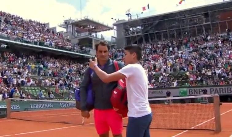 Ce jeune homme est carrément allé sur le court pour avoir un selfie avec Roger Federer.