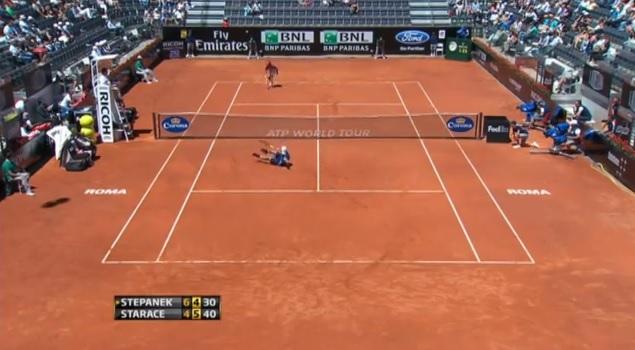 Potito Starace est au sol mais cette balle de set est loin d'être finie.