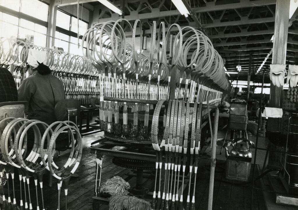 L'usine fabriquant les raquettes de badminton.