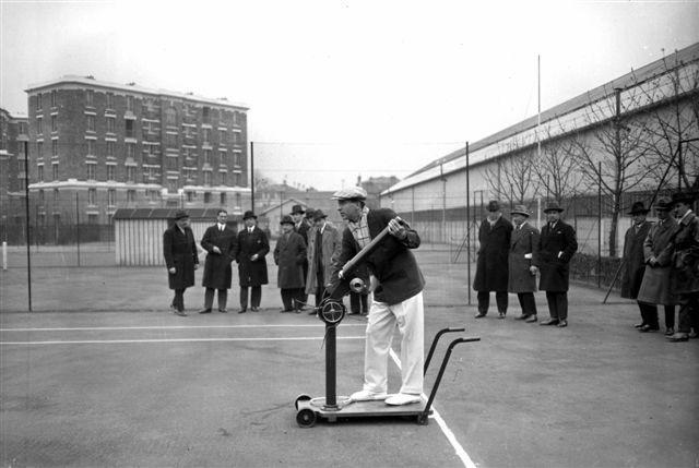 René Lacoste et sa machine lance-balles en 1928 (Photo Roger Viollet)