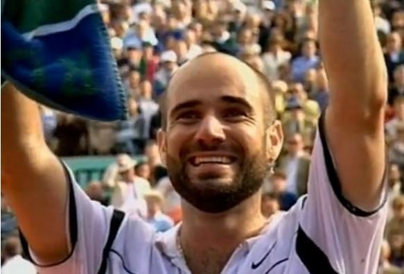 Andre Agassi remporte le dernier titre du Grand Chelem qui lui manquait à Roland Garros en 1999.