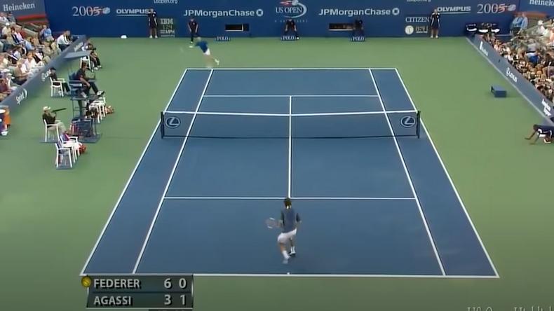 Difficile d'imaginer qu'Agassi puisse toucher la balle. Pourtant, il va décocher un retour imparable depuis cette position contre Federer.
