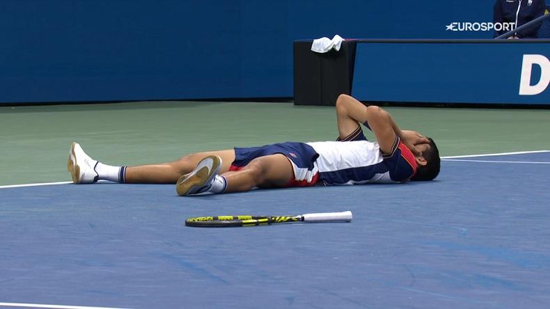Carlos Alcaraz réussit le premier exploit de sa jeune carrière en éliminant Stefanos Tsitsipas, n°3 mondial, au troisième tour de l'US Open 2021.