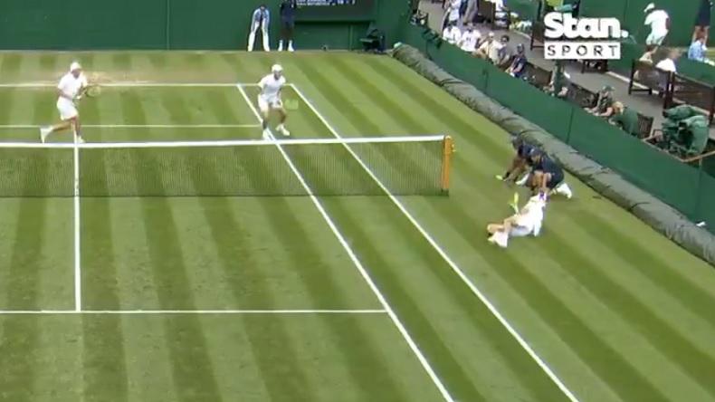 Le point incroyable d'Alex De Minaur en double à Wimbledon 2021.