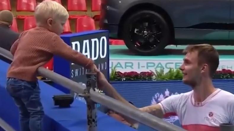 Un moment mignon entre Alexander Bublik et ce petit garçon au tournoi de Moscou.