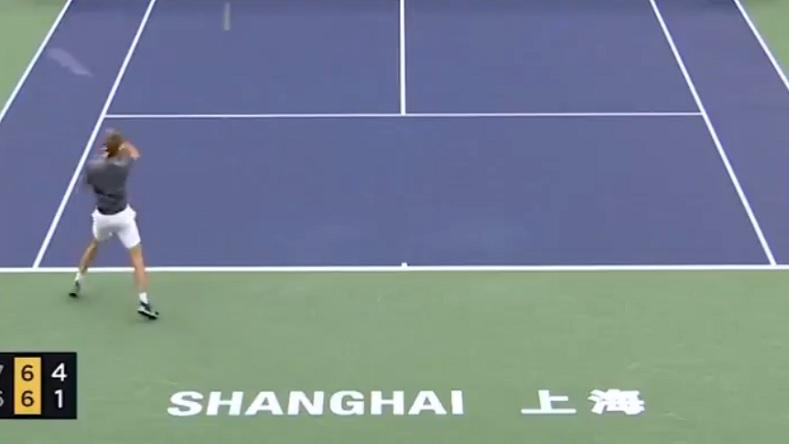 Alexander Zverev perd sa raquette pendant un point au Masters de Shanghai 2019.