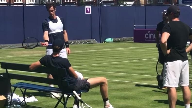Andy Murray donne des conseils à Jannik Sinner pour jouer sur gazon.