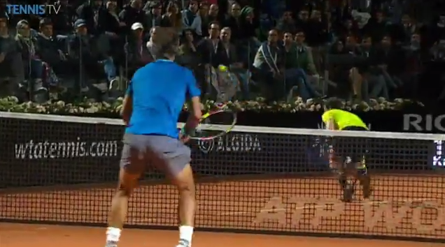 Andy Murray est train de brouter mais il va remporter ce point avec un coup de squash.