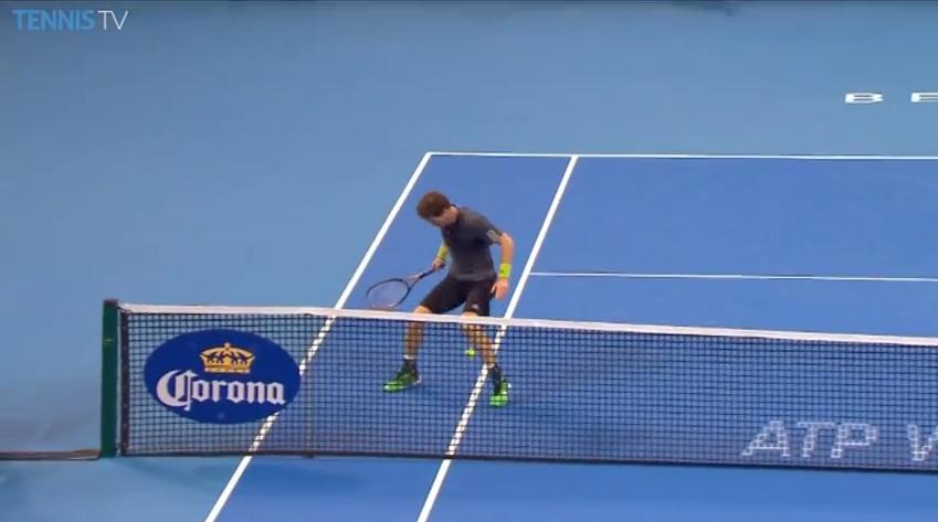 Pablo Cuevas fait un petit pont à Andy Murray sur ce point insolite au tournoi de Pékin 2014.