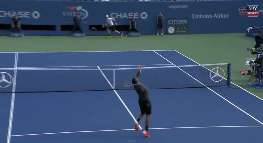 Andy Murray s'apprête à violemment contrer le smash de Tsonga.