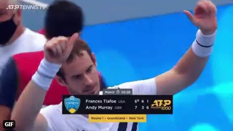 Andy Murray salue le public mais il n'y en a pas. Le match est à huis-clos.