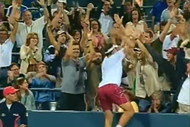 Andy Roddick marque le point de l'US Open 2012 et vient taper dans les mains des spectateurs.