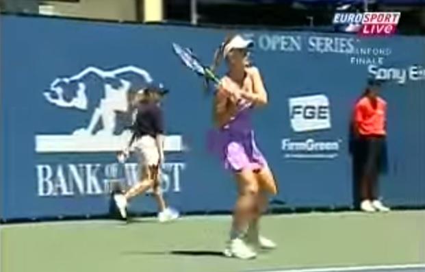 La tresse d'Anna Chakvetadze est coincée dans sa raquette en finale du tournoi de Stanford 2007.