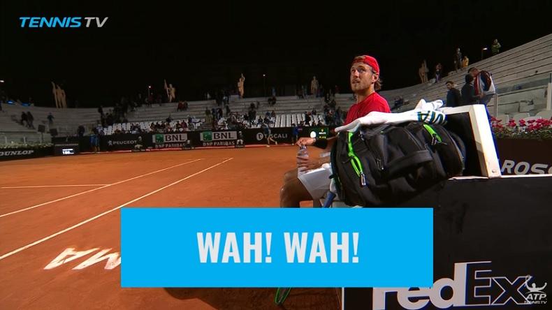 L'arbitre GianlucaMoscarella parle à une mouette au tournoi de Rome.