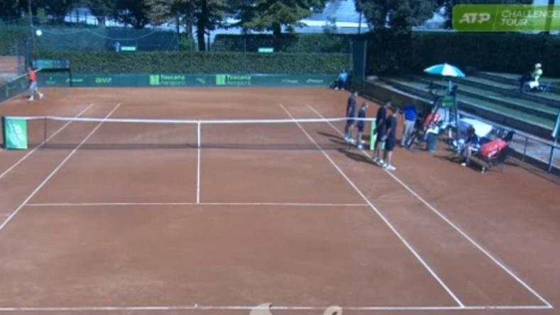 L'arbitre Gianluca Moscarella encourage et conseille un joueur portugais au Challenger de Florence 2019.