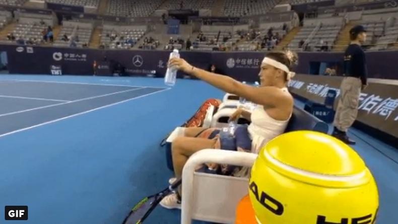 """""""Ramasseur, au pied ! J'ai fini ma bouteille."""" Aryna Sabalenka n'a pas dit ça au tournoi dé Pékin mais c'est tout comme."""