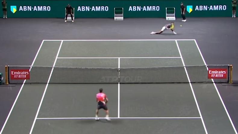 Le passing gagnant en fente de Felix Auger-Aliassime contre Dimitrov à Rotterdam.