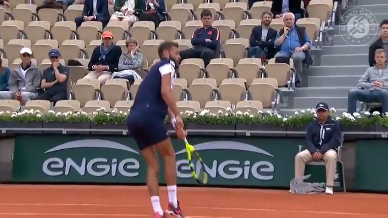 La balle se coince dans la raquette de Benoît Paire sur un point à Roland-Garros 2019.