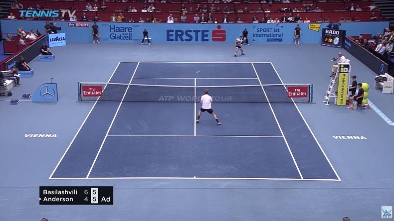 Ouvrez bien les yeux car ce revers de Nikoloz Basilashvili est parti très vite au tournoi de Vienne.