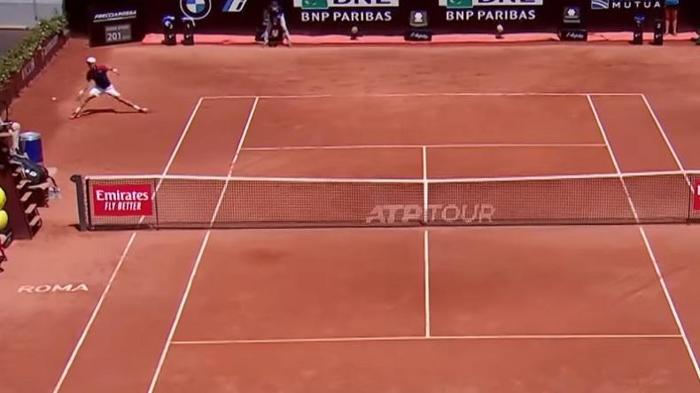 Le coup droit en bout de course parfait de Roberto Bautista Agut qui contourne le filet au Masters de Rome 2021.