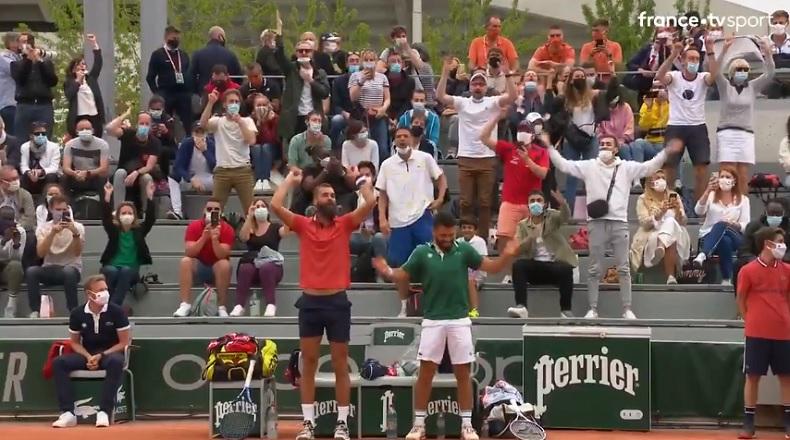 Benoît Paire et Romain kiffent avec le public à la fin du premier set de leur double au deuxième tour de Roland-Garros 2021.