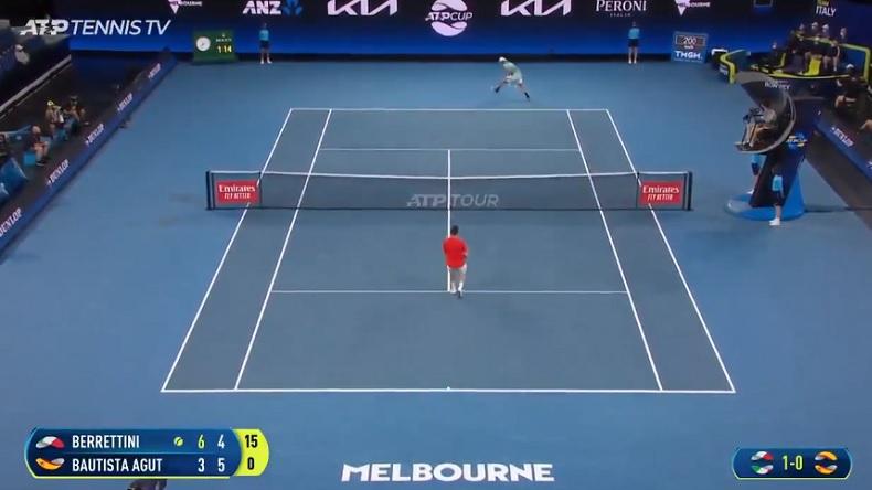 Tennis champagne entre Berrettini et Bautista Agut avec deux tweeners dans un même point à l'ATP Cup 2021.