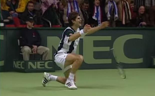 Après avoir sauvé trois balles de rencontre, Arnaud Boetsch offre la Coupe Davis 1996 à la France.