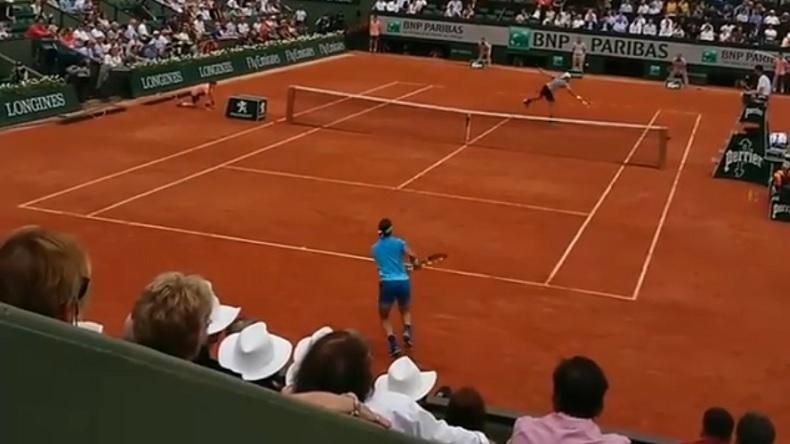 La volée rétro de Bolelli contre Nadal, vue des loges à Roland-Garros.