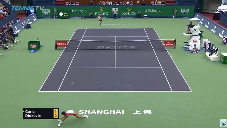 Borna Coric joue un point parfait face à Novak Djokovic en finale du Masters de Shanghai 2018.