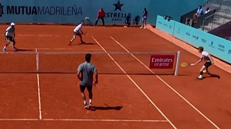 Alexander Bublik met un point insolite sur balle de match au tournoi de double du Masters de Madrid 2021.