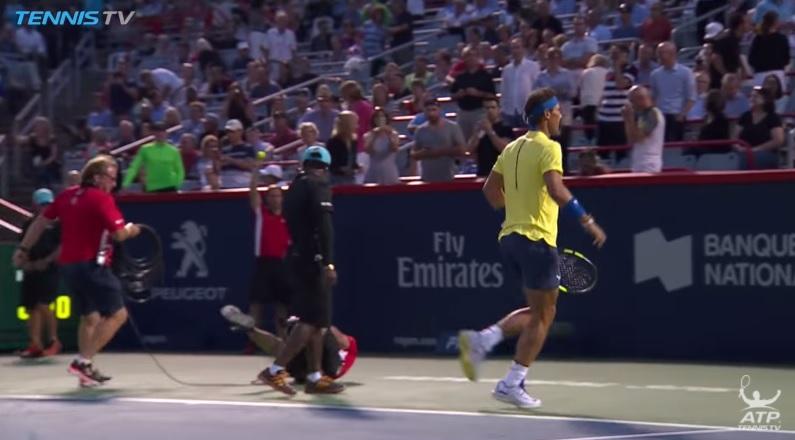 Un caméraman chute devant l'impressionnant Nadal (Montréal 2017)