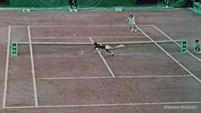 En 1976, Adriano Panatta avait remporté Roland-Garros. Au premier tour, il avait sauvé une balle de match sur un plongeon incroyable.